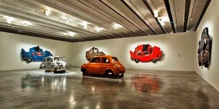 Những chiếc xe sau khi bị ép dẹt đã được trưng bày ở